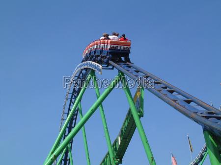 ludzie w roller coaster
