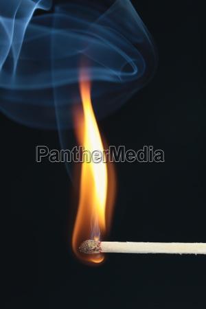 zapalnym meczu z niebieskim dymem na