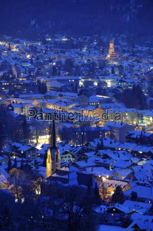 miejscowosci garmisch partenkirchen w nocy