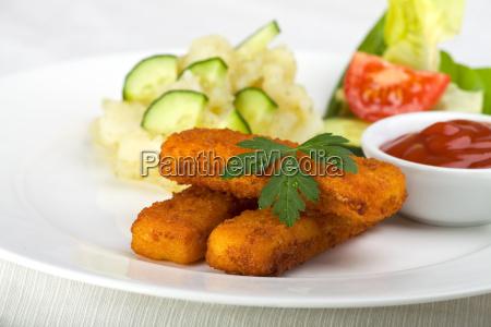 trzy paluszki rybne i salatka ziemniaczana