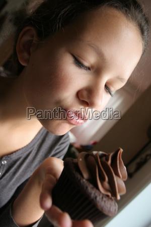 mloda dziewczyna z cup cake