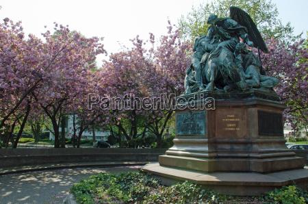 pomnik drzewo park statula drzewa rozkwitac