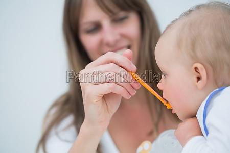 matka karmienia dziecka w salonie