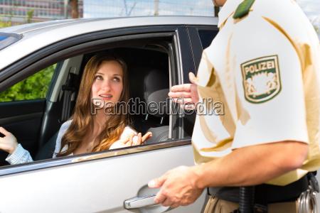 kobieta z policji lub policyjnym patrolem