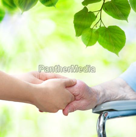 starszy kobieta na wozku inwalidzkim gospodarstwa