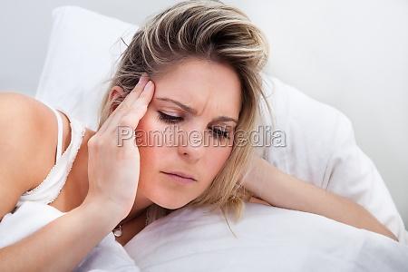 portret kobiety z bolem glowy