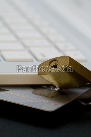 karta kredytowa w kolorze bialym laptopie