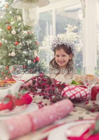 portret usmiechniete dziewczyny na boze narodzenie