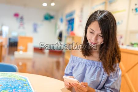 kobieta womane baba telefon kawiarnia restauracja