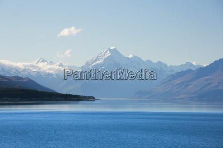 widok calej spokojnego jeziora pukaki do