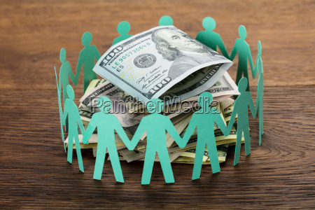 wyciete figury wokol stu dolarow