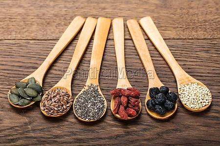 superfoods w drewnianych lyzek