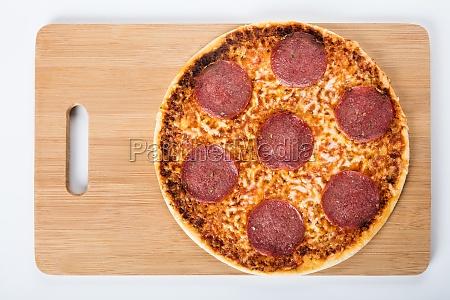 podniesiony widok domowej pizzy salami